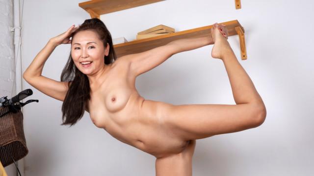 Lira Kissy - Yoga And Masturbation